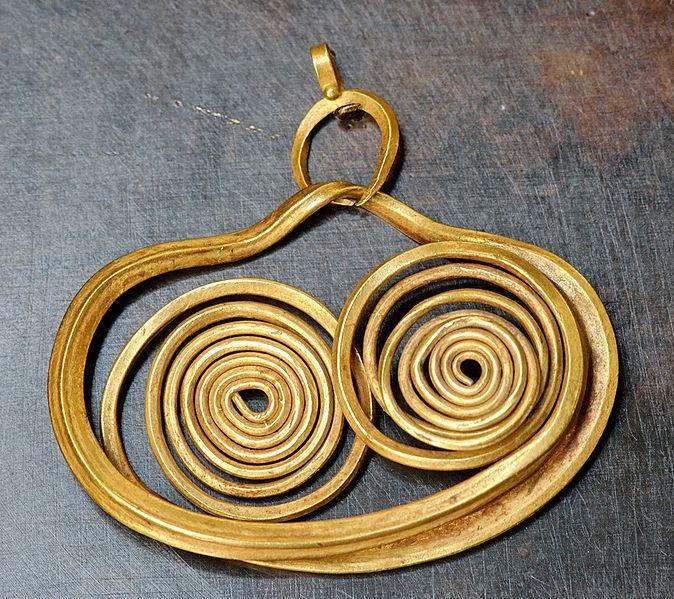 674px-Earring_Mycenae_Louvre_Bj135